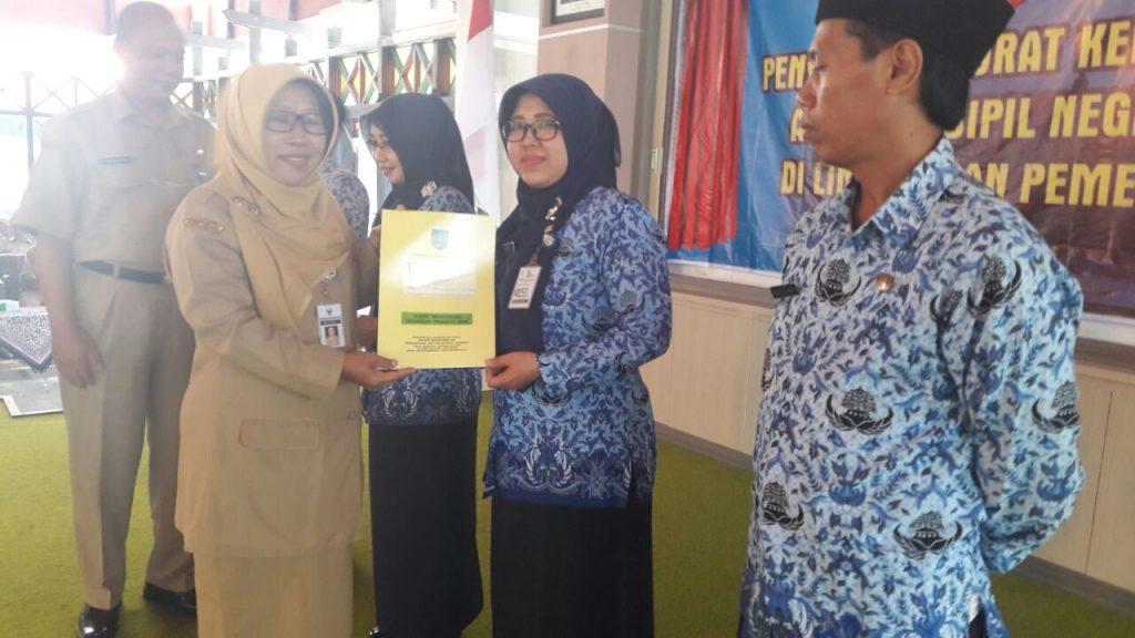 Penyerahan Petikan SK Kenaikan Pangkat Pegawai Negeri Sipil Di Lingkungan Kabupatan Tegal.