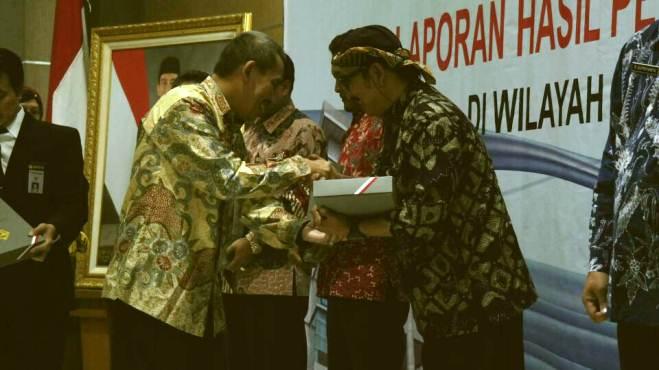 Ket. Foto : Bupati Tegal Enthus Susmono terima LHP LKPD Kab. Tegal tahun anggaran 2016 dari Auditor Utama Keuangan Negara V BPK RI DR. Bambang Pamungkas, MDA