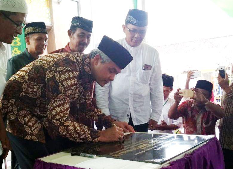 Gubernur Ganjar: Masjid Bukan Hanya Tempat Shalat, Tapi Juga Sarana Mendidik Generasi Agamis